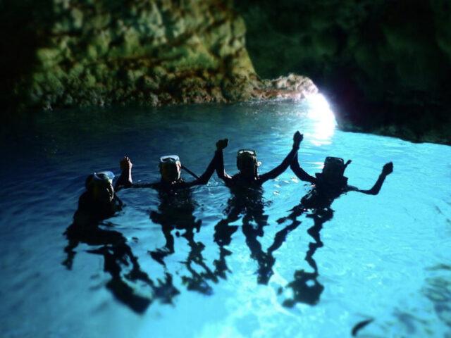 青の洞窟体験ダイビングで記念撮影