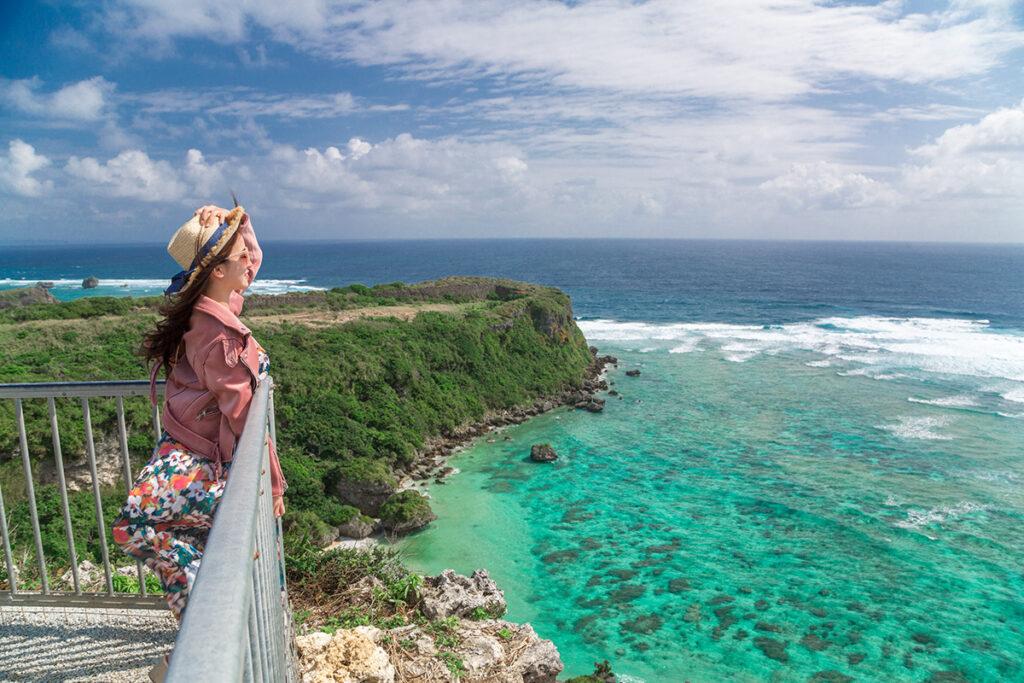 沖縄の海と女性