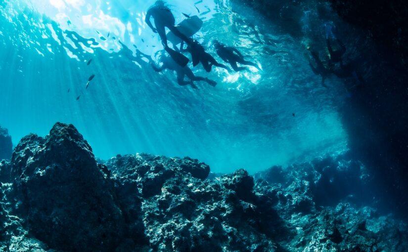 恩納村の青の洞窟でシュノーケリングを楽しむ人たち