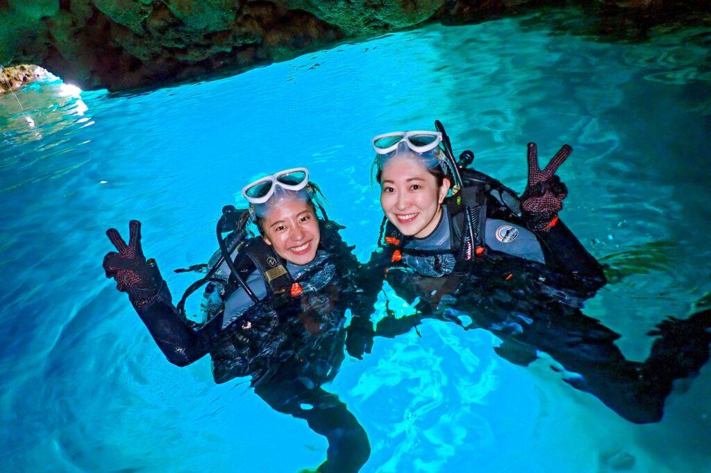 青の洞窟でダイビングを楽しむ女性二人