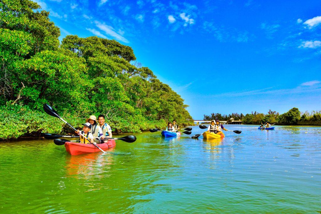 恩納村でカヌーを楽しむ人たち