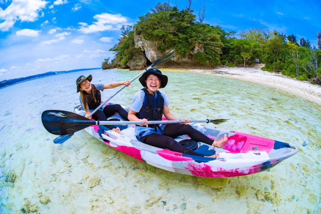 恩納村でカヌーを楽しむ二人