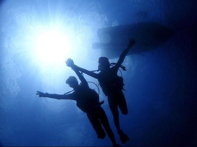 青の洞窟の美しい光の中でダイビング