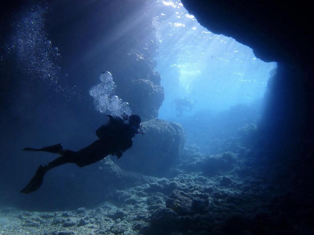 青の洞窟へ差し込む美しい光