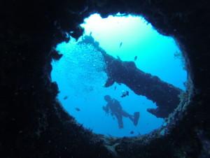 USSエモンズでダイビングを楽しむ人
