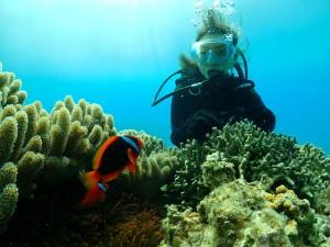 瀬底島でダイビングを楽しむ女性