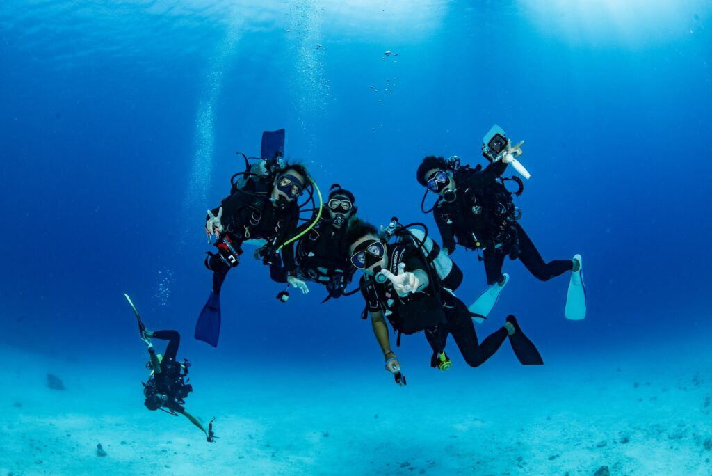 沖縄・恩納村でダイビングを楽しむ人たち