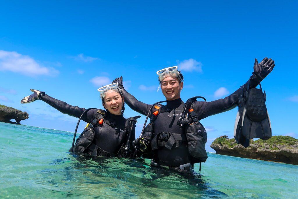 沖縄でダイビング講習を受ける2人