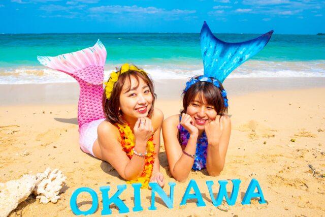 沖縄でフォトツアーを楽しむ女性2人