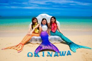沖縄でフォトツアーを楽しむ女性3人