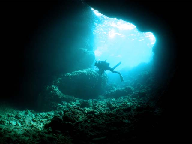 青の洞窟でダイビングを楽しむ人