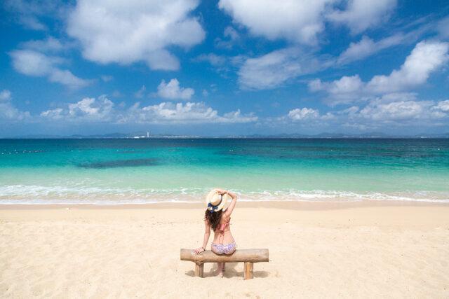 宮古島の海を眺める女性