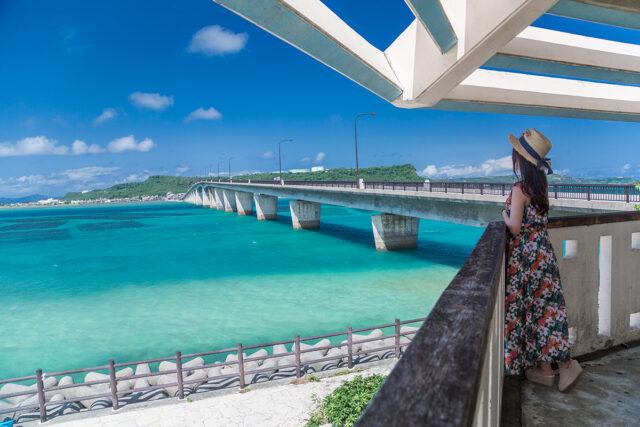 沖縄 離島へ続く橋を眺める女性
