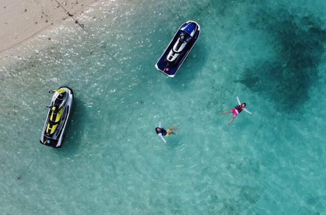 沖縄でマリンスポーツを楽しむ人たち