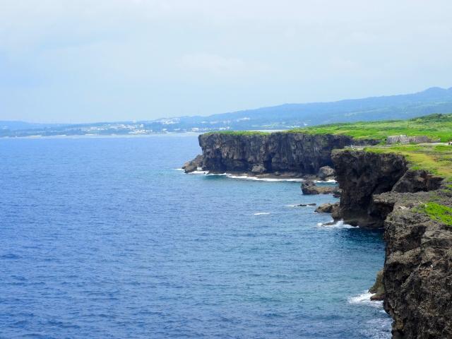 残波岬灯台から望む断崖
