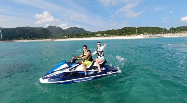 沖縄でマリンスポーツを楽しむ男女