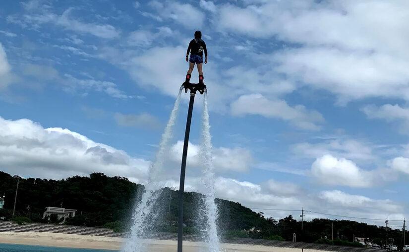 沖縄でフライボードを楽しむ人