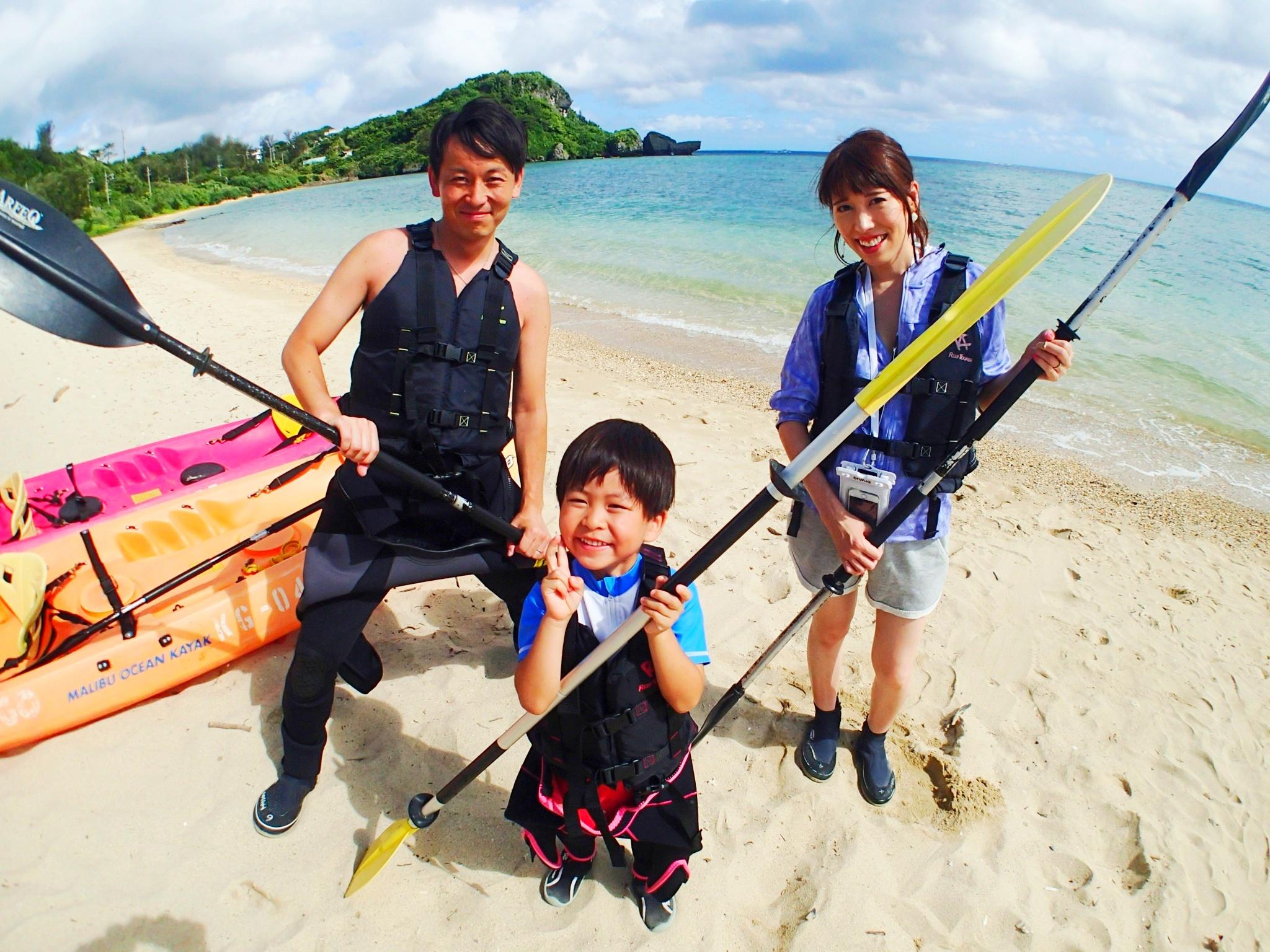 【恩納村】1歳から参加可能!断崖絶壁シーカヤック&サンゴ礁探検と貝殻拾い(No.89)