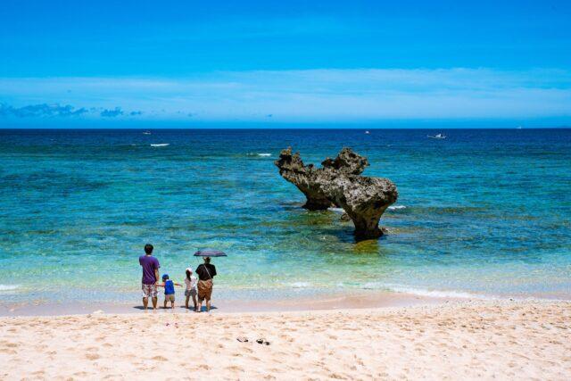 沖縄で散策ツアーを楽しむ親子