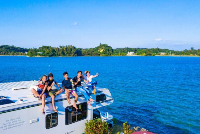 沖縄で散策ツアーを楽しむ人たち