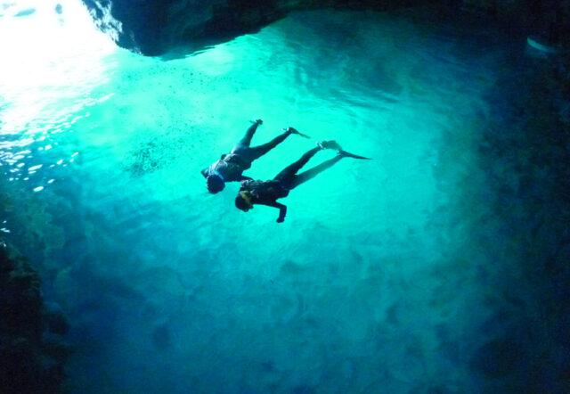 青の洞窟」シュノーケル&パラセーリング