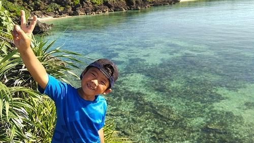 久高島でを楽しむ少年